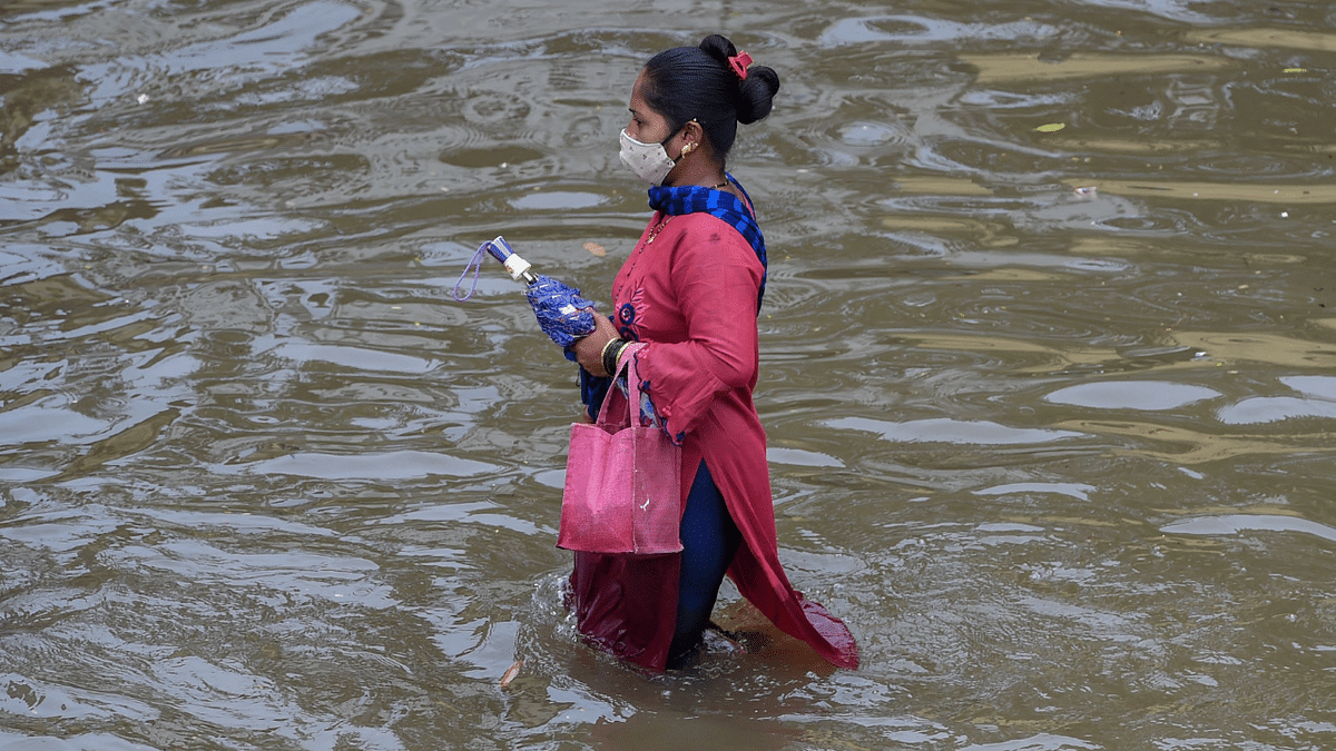 Mumbai: Heavy rainfall brings life to a standstill as streets get flooded; see photos