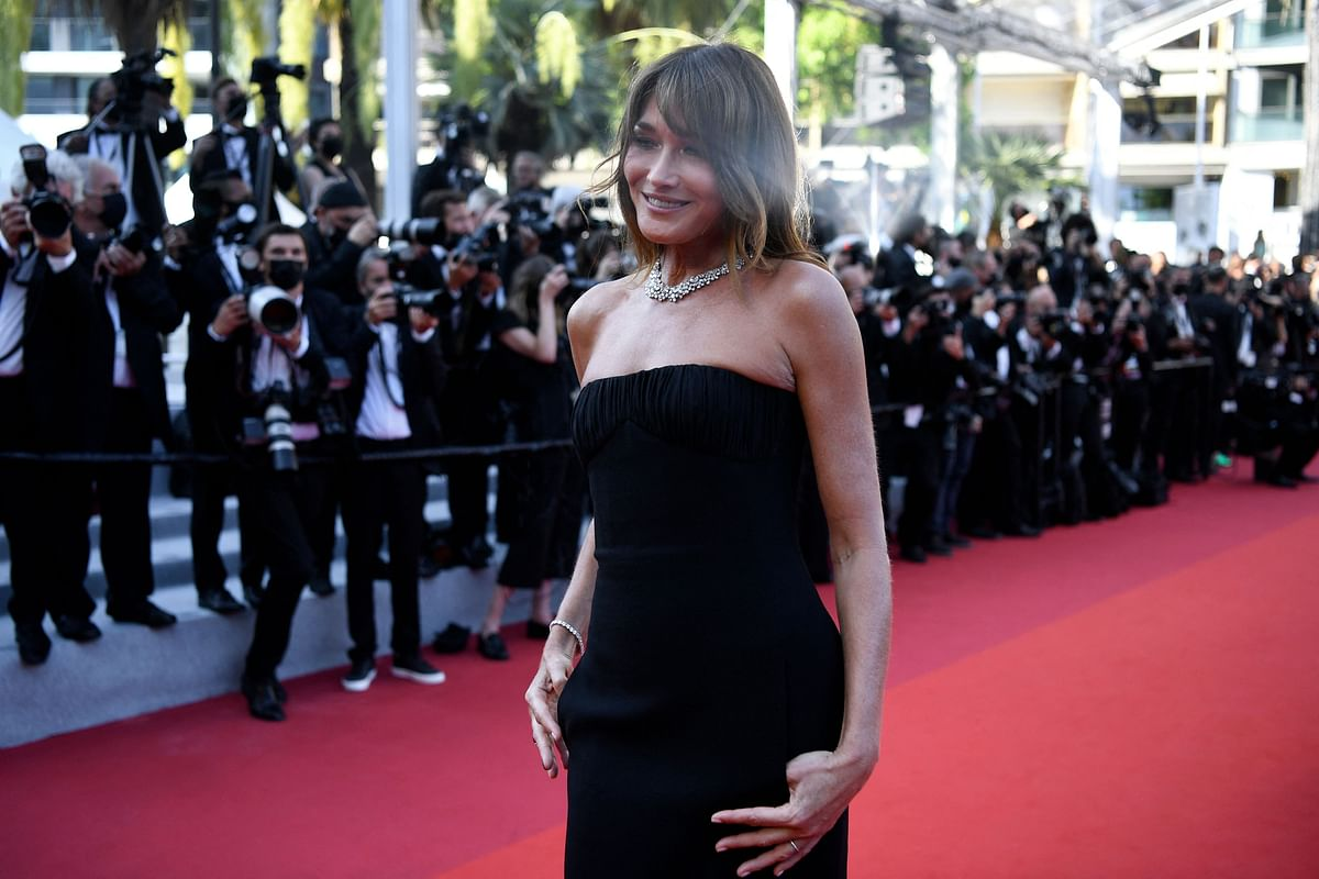 """French-Italian model and musician Carla Bruni arrives for the screening of the film """"De Son Vivant"""" (Peaceful) at the 74th edition of the Cannes Film Festival in Cannes, southern France, on July 10, 2021. (Photo by CHRISTOPHE SIMON / AFP)"""