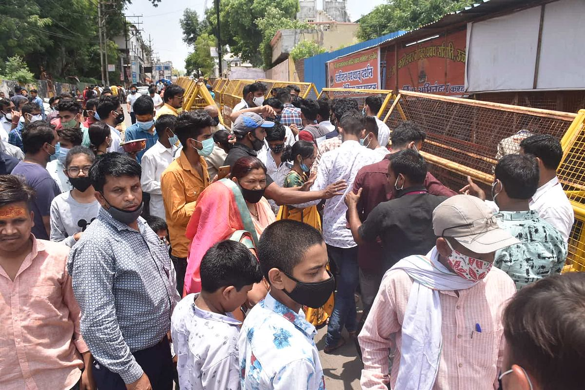 WEEKEND DARSHAN RUSH: Devotees in large numbers flock Mahakaleshwar Temple-Harsiddhi Road in Ujjain since early on Sunday. The Mahakal Temple Management Committee was found under prepared as the Covid-19 norms were thrown to the winds while the people waited for their turn for darshan