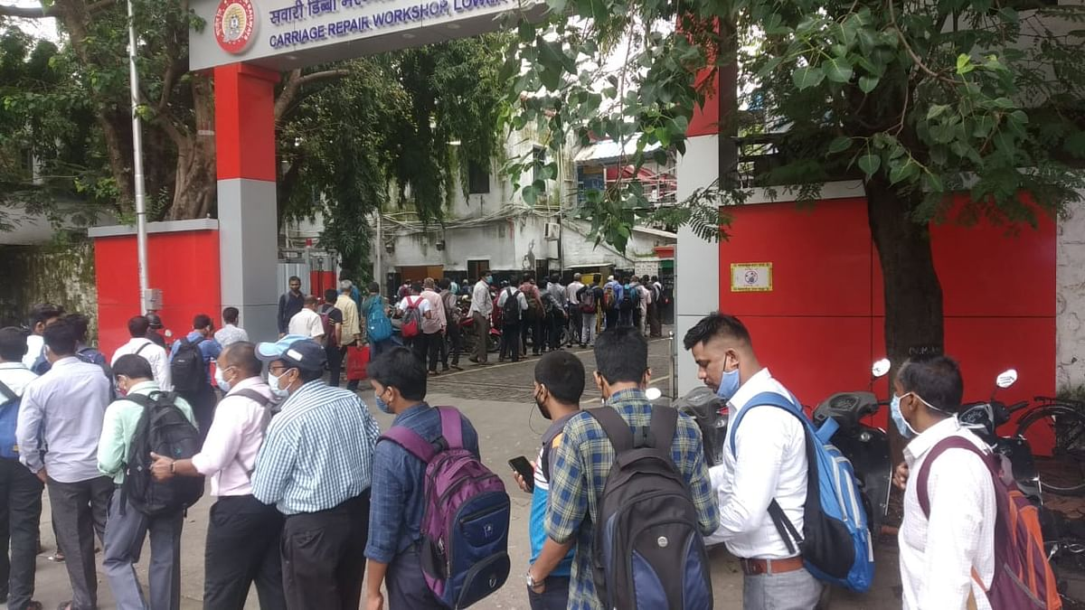 Mumbai: WR staff complain about long  queues to mark attendance