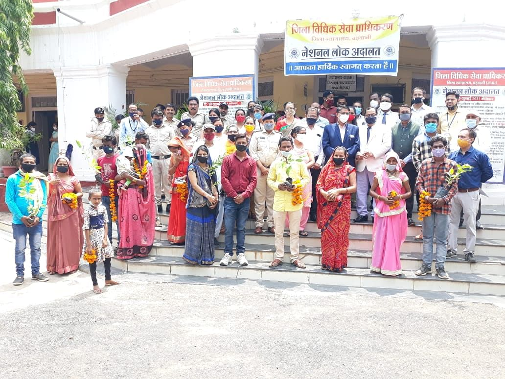 Barwani: Lok Adalat reconciles 8 estranged couples, fruit plants presented as mementos