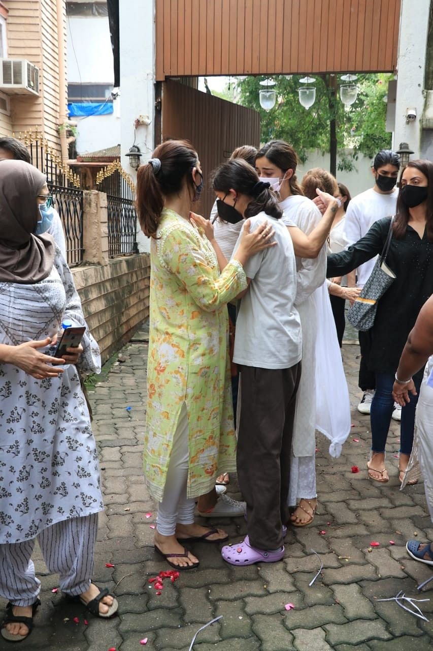 Ananya and Rysa break down at their grandmother's funeral
