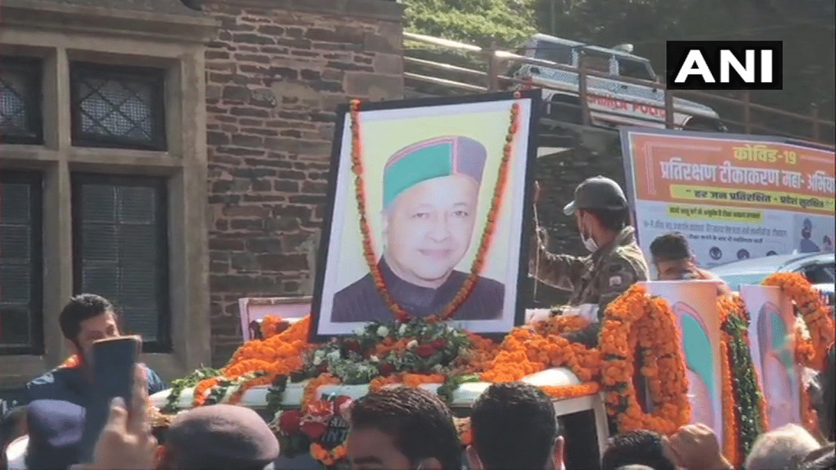 Family members and supporters carry the mortal remains of Former Himachal Pradesh Chief Minister & Congress leader Virbhadra Singh who passes away at age of 87 years after battling with prolonged illness, in Shimla on Thursday.