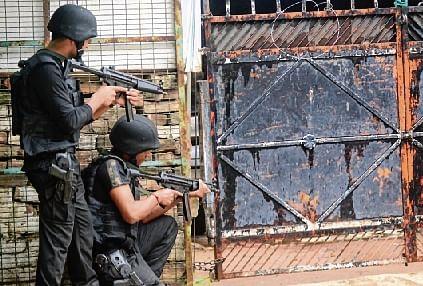 ATS commandos take position outside a Kakori's Dubagga house