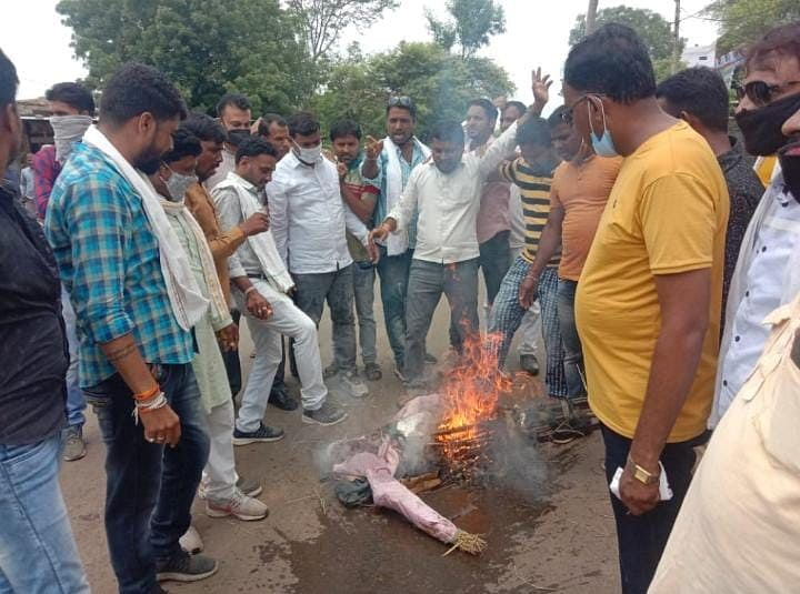 Mandsaur: Youth Congress burns effigy of chief minister in Malhargarh to protest unruly behaviour with Digvijaya Singh
