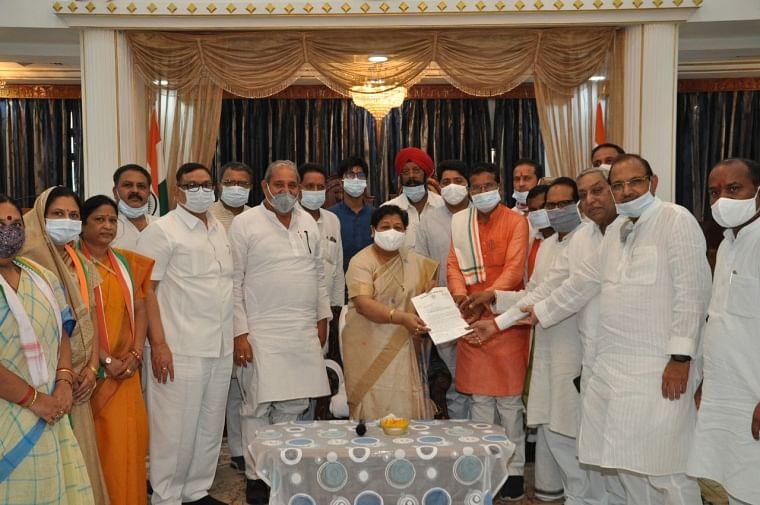 Congress delegation handing over the memorandum to the Governor Anusuiya Uikey in Pegasus case
