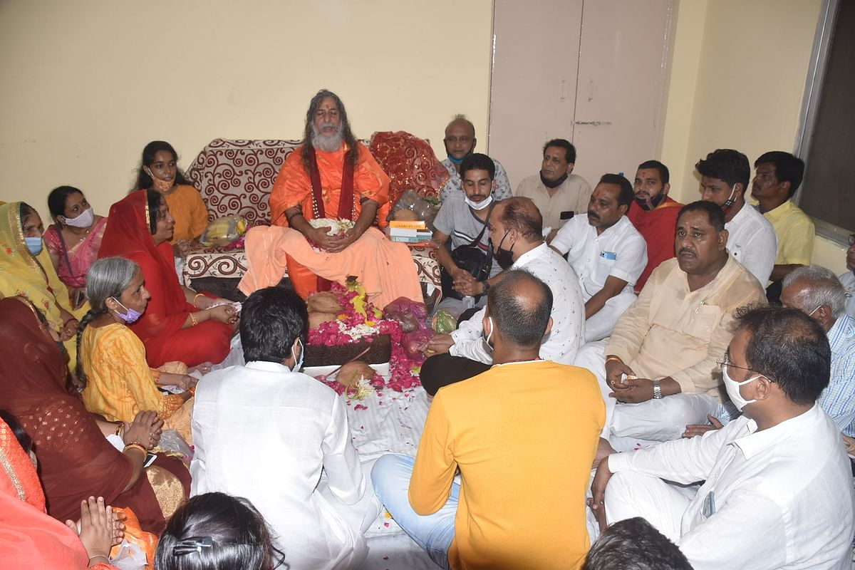 WHO CARES! Renowned 'Virakt Sant' and Mahanirwani Akhara Mahamandleshwar Vishwatmanand Saraswati reached Ujjain on Thursday. His followers visited him to seek blessings and guidance, both. However, most of the visitors failed to comply with the Covid-19 protocol