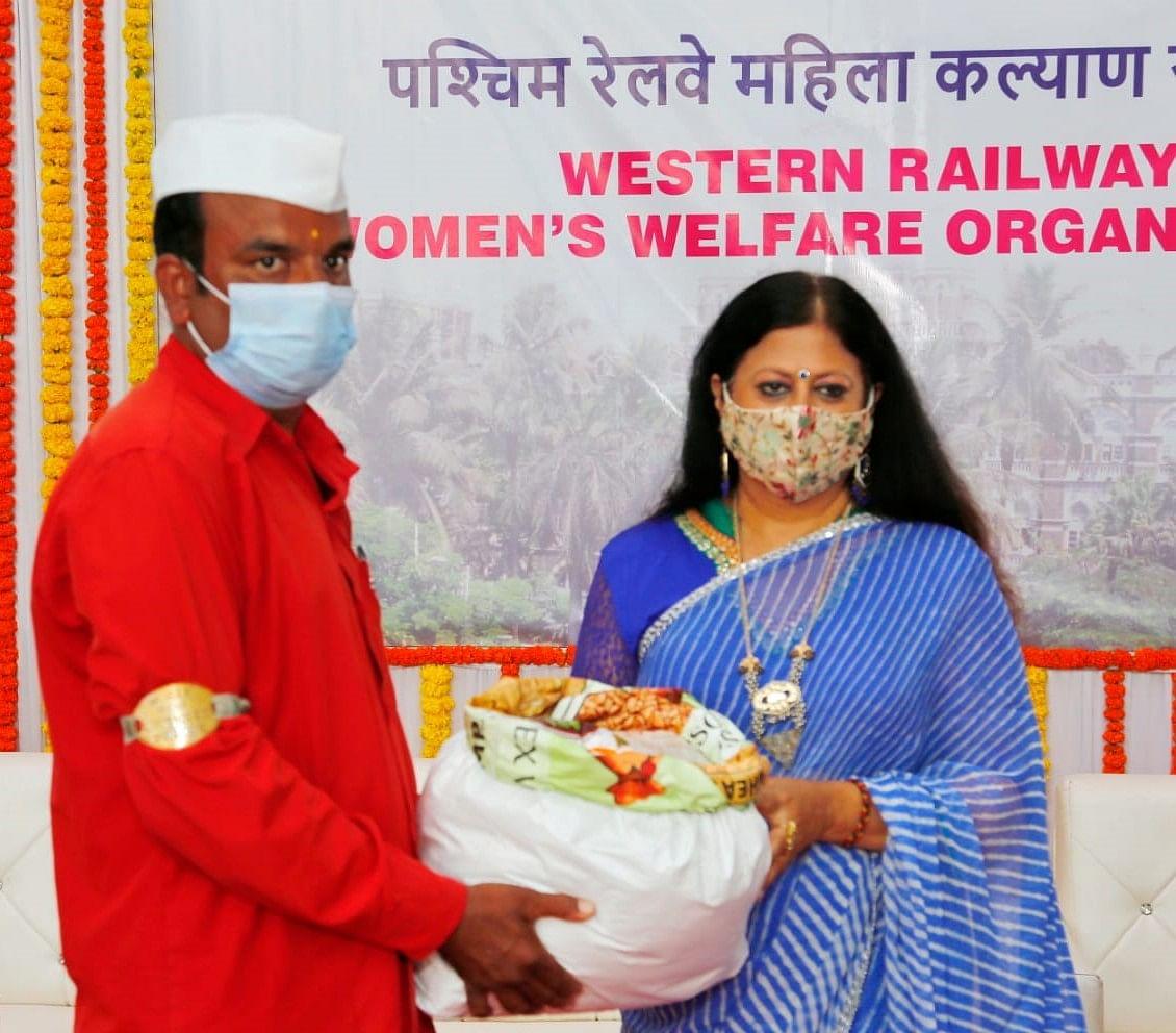 WRWWO distributes ration kits to Railway Sahayaks