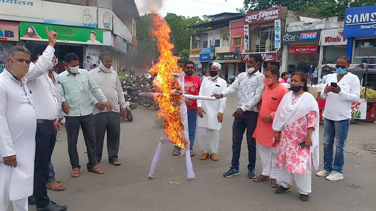 Congress workers burned effigy of BJP MP Jyotiraditya Scindia in Mandsaur on Monday