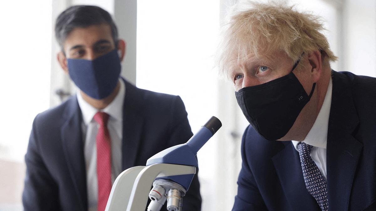 UK Chancellor Rishi Sunak (L) and UK Prime Minister Boris Johnson (R)