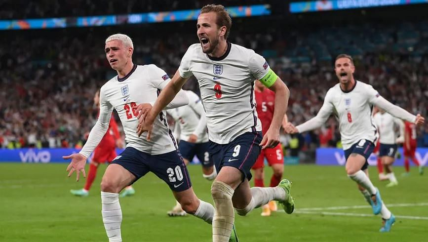 England skipper Harry kane celebrates with his teammates after scoring from the dreaded spot