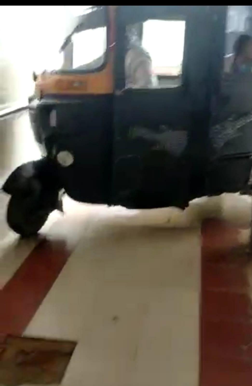 Watch video: Autorickshaw reaches 5th floor of Chhindwara district hospital through ramp, probe ordered