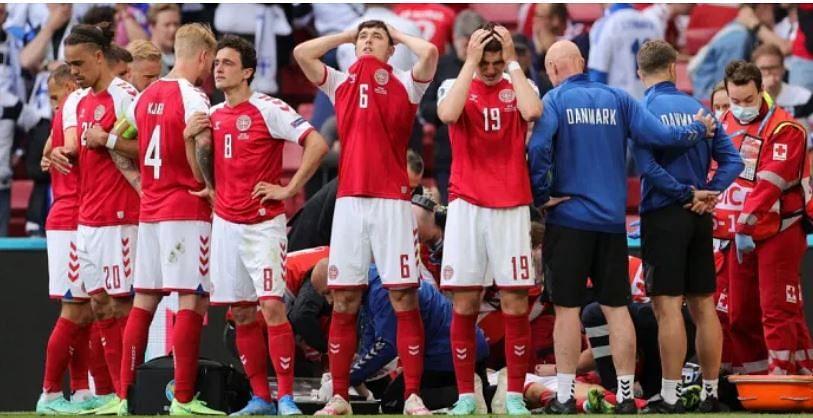 Denmark players around Christian Eriksen who collapsed