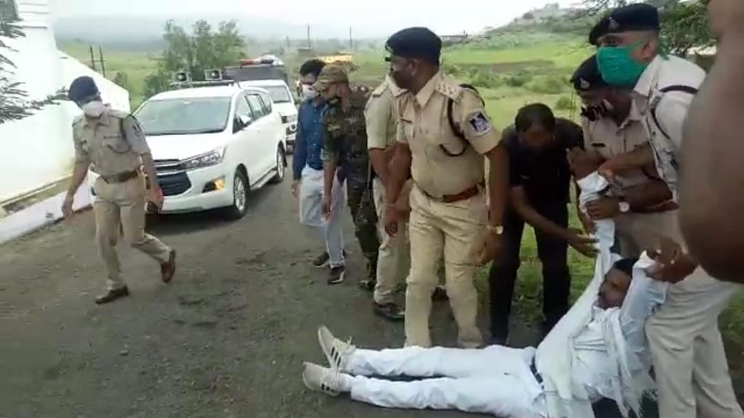Madhya Pradesh: Ex-cabinet minister sits on road, tries to block Higher Education Minister's carcade in Dindori district