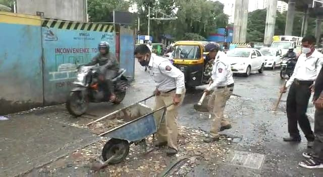Mumbai: Two traffic cops fill potholes in Mulund to ease congestion; see pics