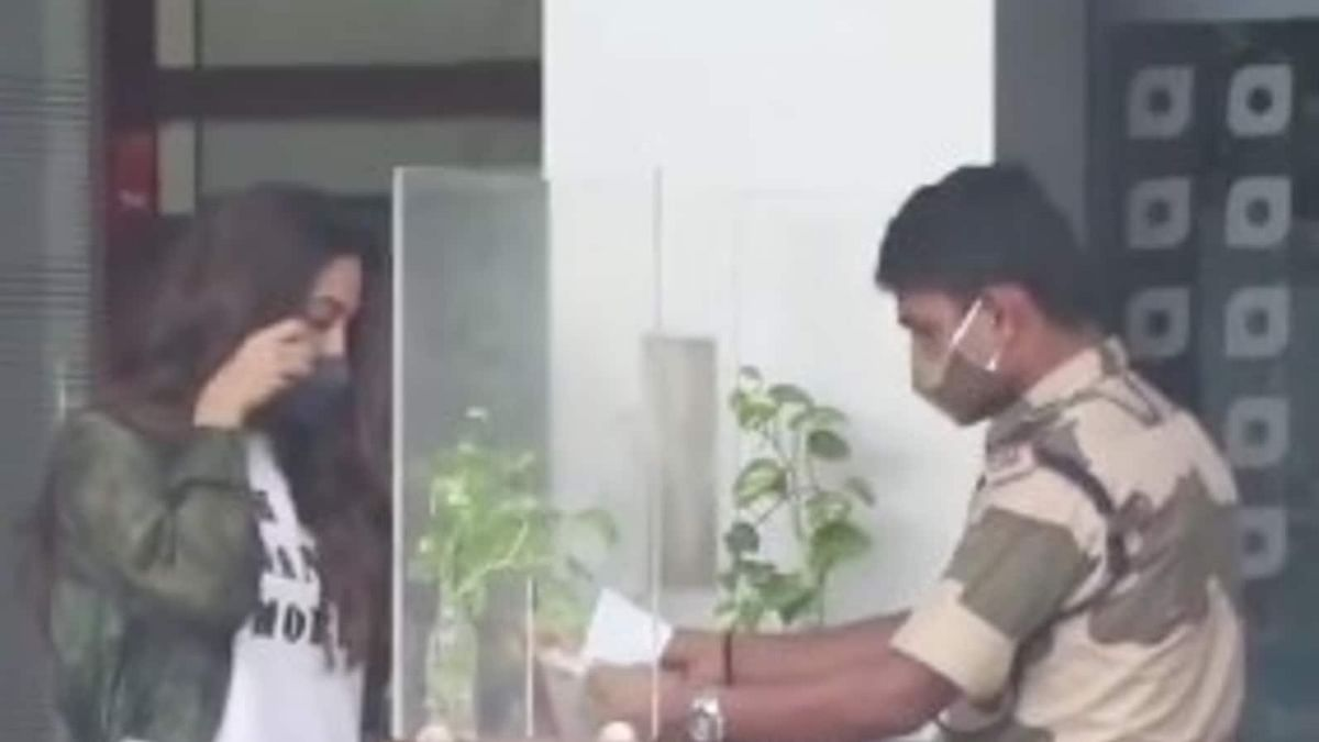 Watch: Kiara Advani asked to remove mask at airport to confirm identity, reminds netizens of 'MS Dhoni' scene