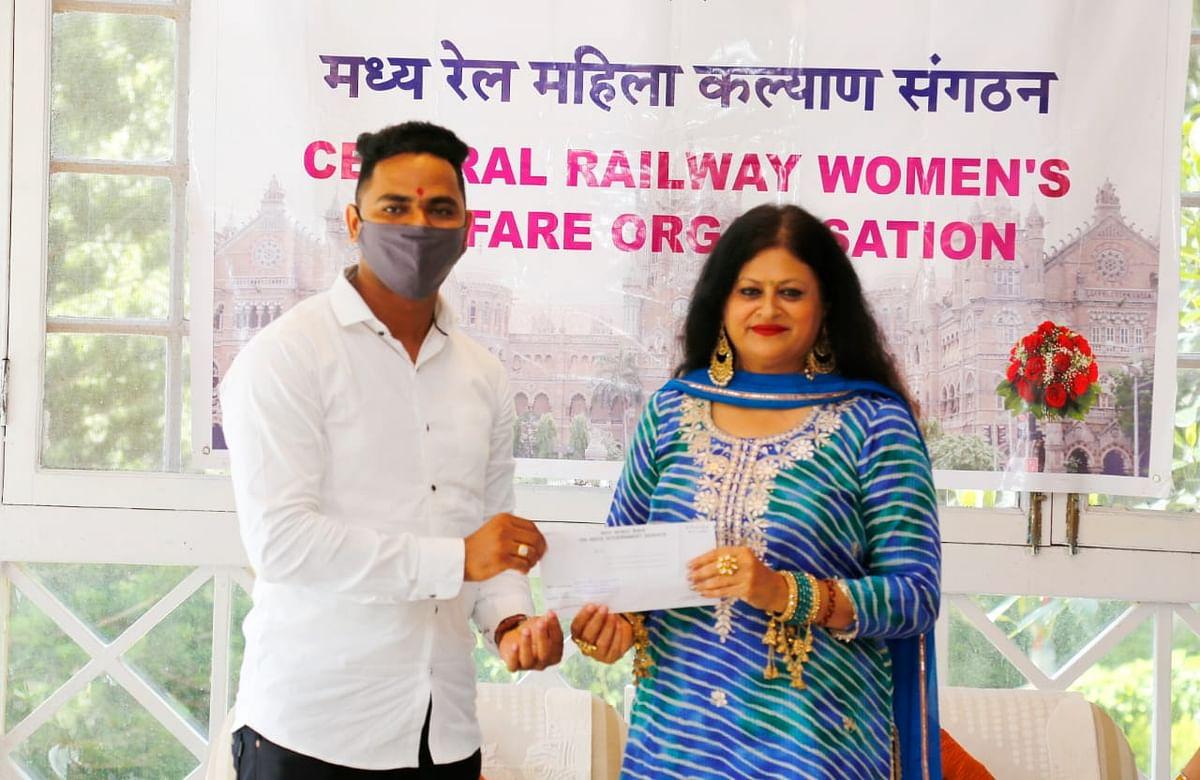 Tanuja Kansal, President, CRWWO felicitates Mayur Shelke, Pointsman