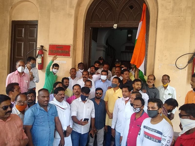 Congress demonstration outside divisional commissioner's office