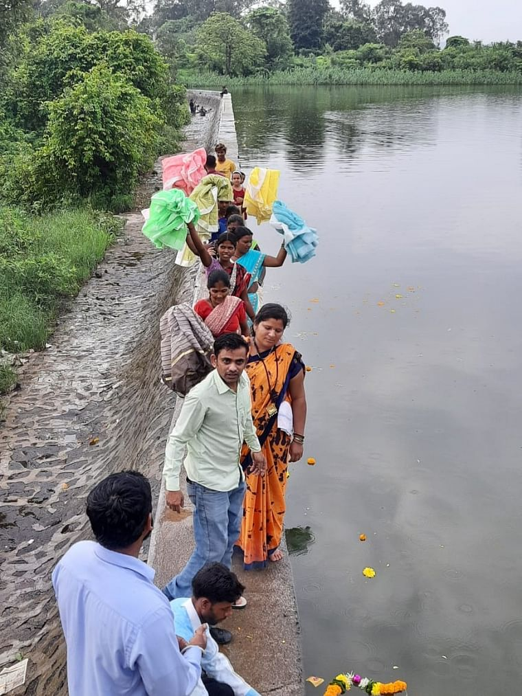 Thane: Saree offering ritual performed to save Waldhuni river from water pollution
