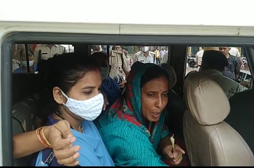 Jiteshwari Devi being taken to Kotwali police station in Panna