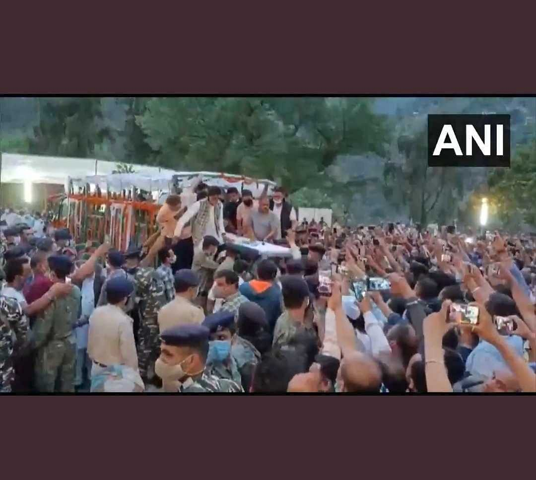 Watch Video: Hundreds of people gather to receive mortal remains of former Himachal Pradesh CM Virbhadra Singh