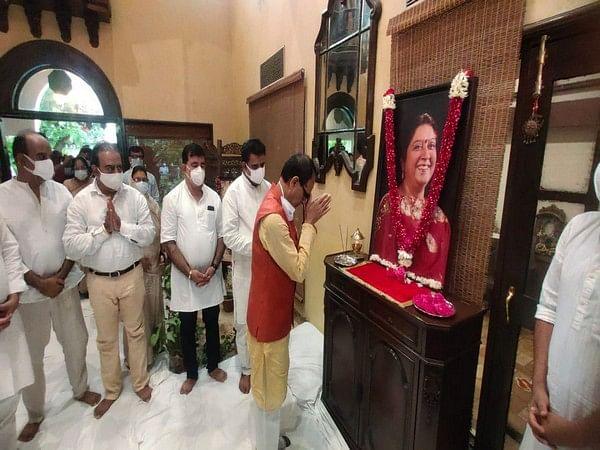 Indore: Shivraj Singh Chouhan offers condolences on demise of MP Shankar Lalwani's wife