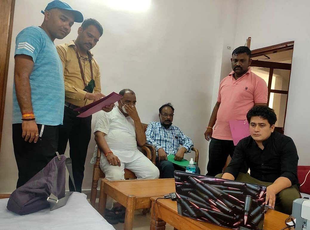 Bhopal: Lokayukta sleuths nab executive engineer incharge of National Health Mission taking bribe of Rs 3 lakh