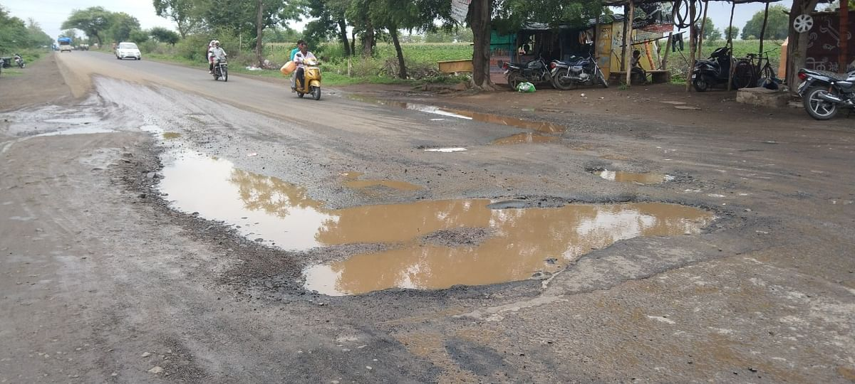 Madhya Pradesh: Potholes claims lives of two within one hour in two separate accidents in Mandleshwar