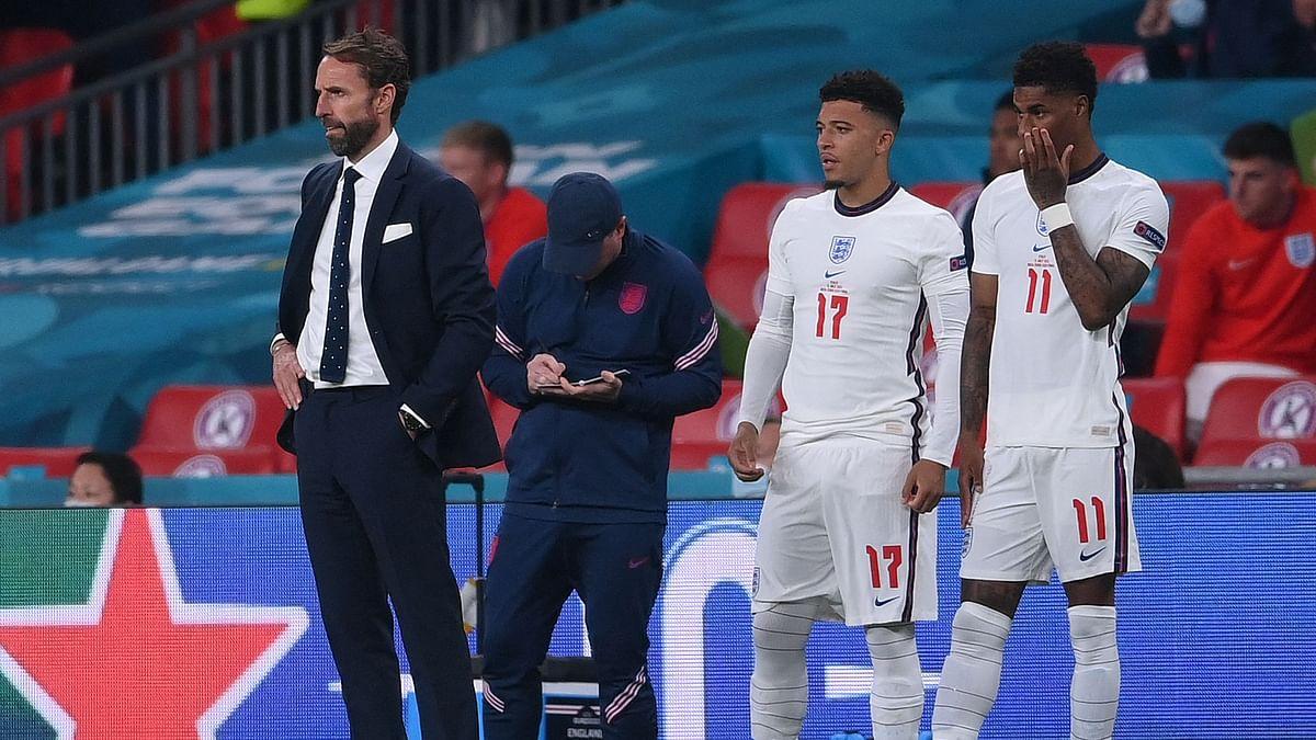 Englands coach Gareth Southgate (L) stands next to Englands forward Jadon Sancho (C) and Englands forward Marcus Rashford during the UEFA EURO 2020 final football match
