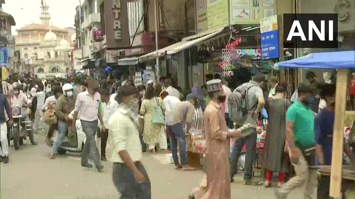 'Mumbai style red carpet welcome for 3rd wave': Twitter concerned as Mumbaikars throng Crawford Market like there is no COVID-19