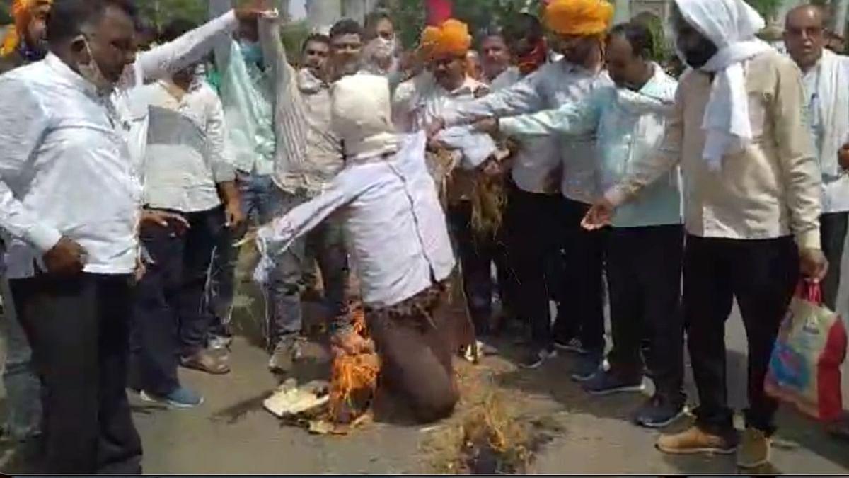 Ujjain: Farmers of over 150 villages protest against the Meteorological Department, burn an effigy for giving false monsoon data