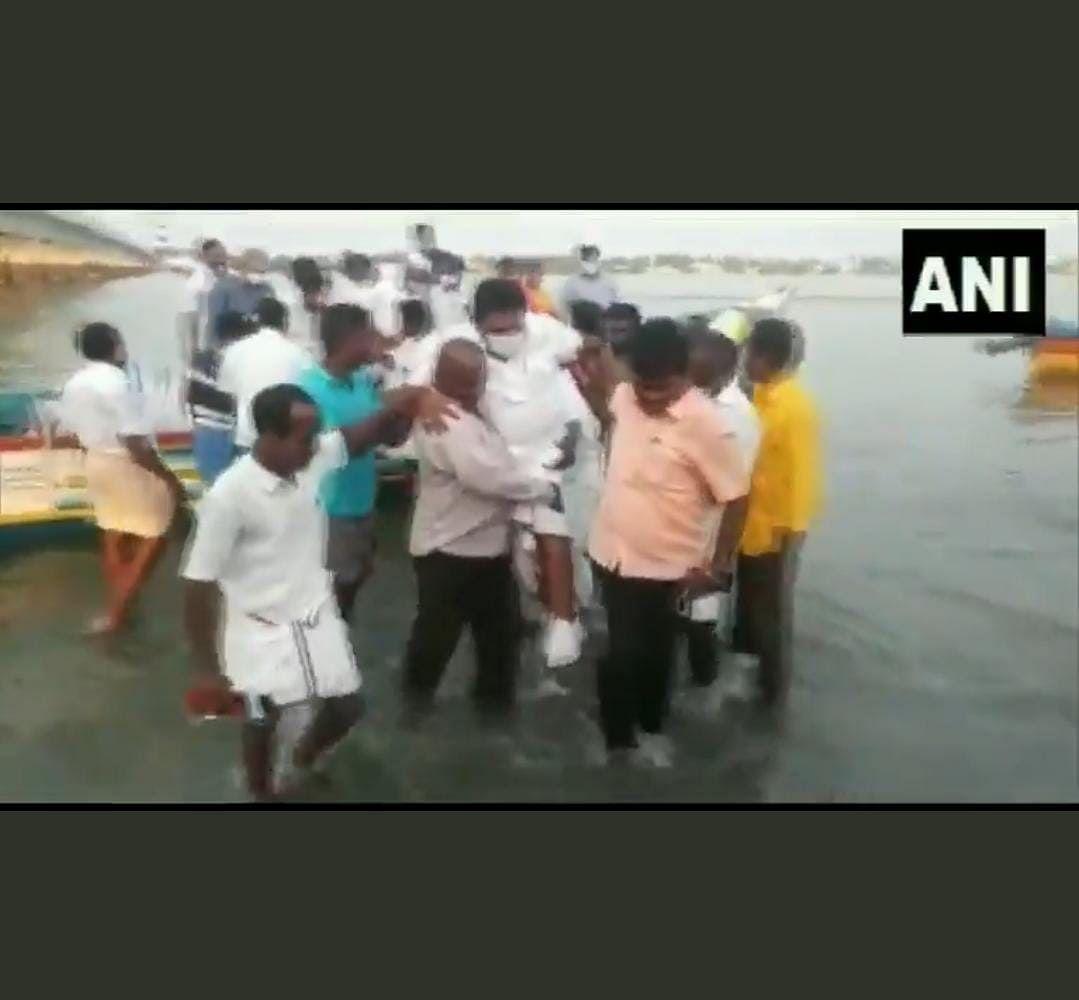 Tamil Nadu: Fishermen carry minister Anitha Radhakrishnan on shoulders as he didn't want to wet his feet