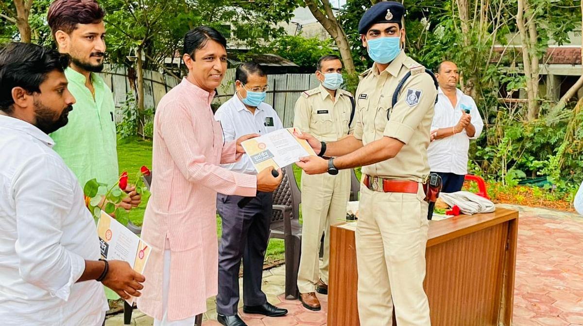 Indore: Members of Sarwin Welfare Society felicitate police staff of Kanadia Police Station
