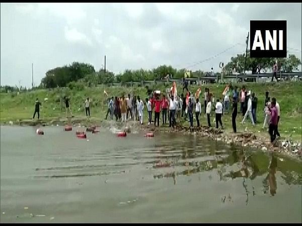 Congress workers throwing LPG cylinder in Meetha Talab