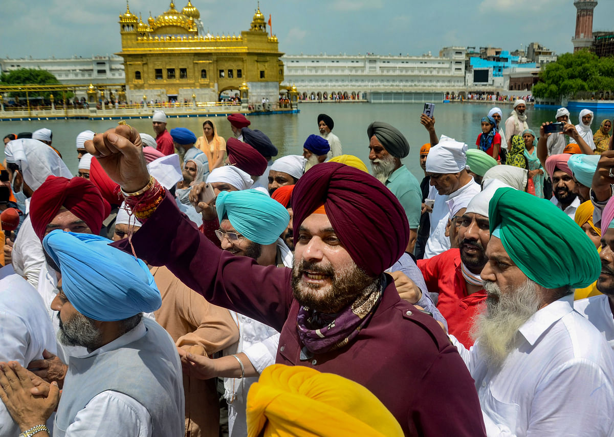 Punjab: After facing heat for 'thirsty' remark, Navjot Singh Sidhu offers to walk barefoot to meet protesting farmers