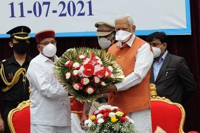 Former governor Vajubhai Rudhabhai Vala greets Thawarchand Gehlot
