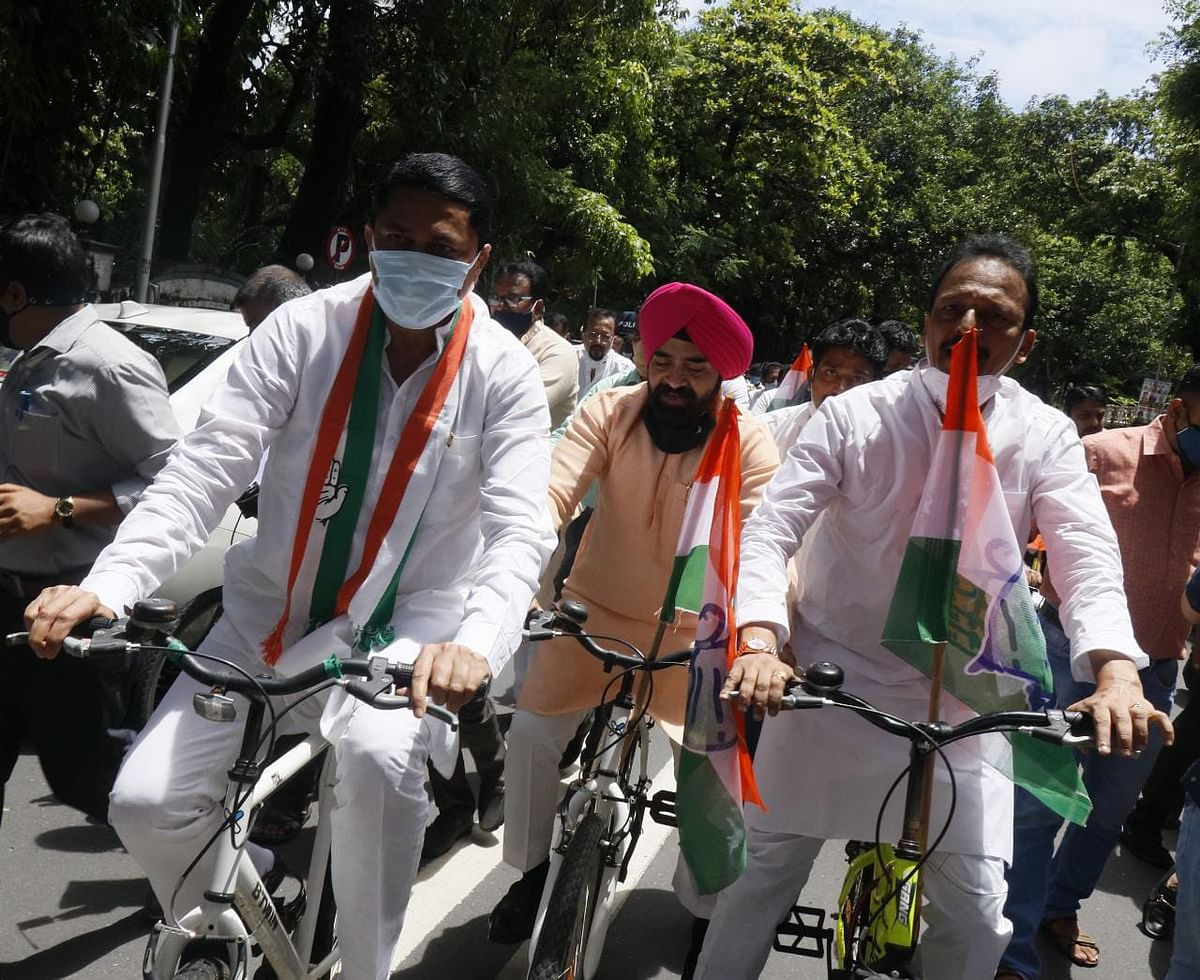 No physical distancing, masks as Maharashtra Congress takes out bicycle rally to protest rising fuel prices