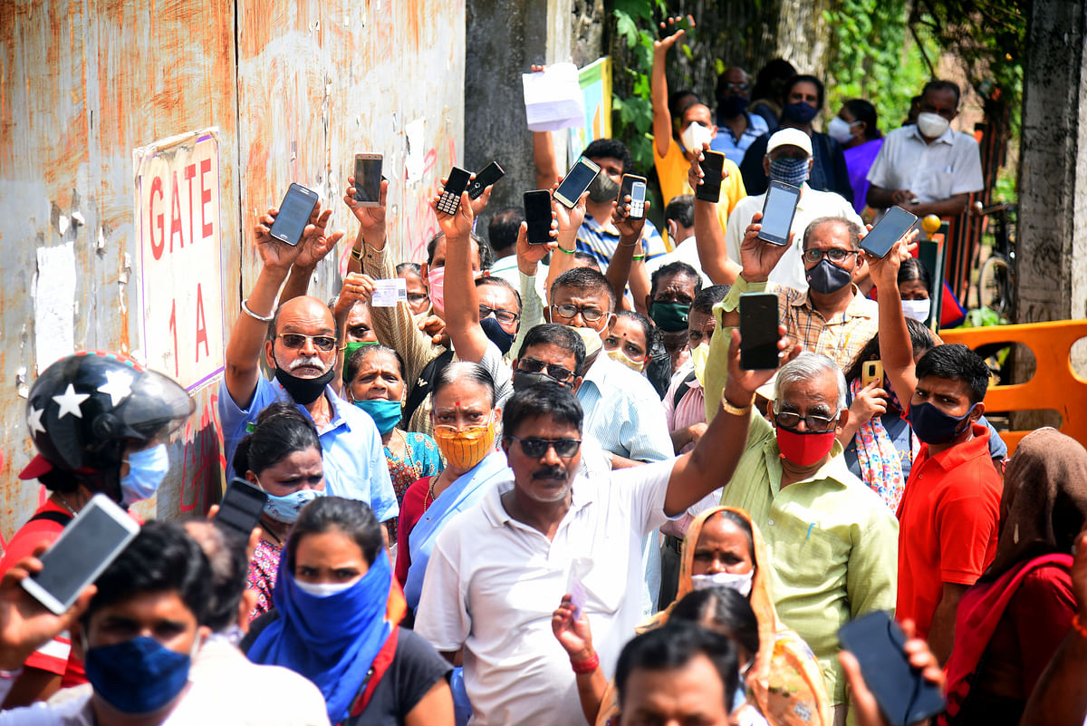 Maharashtra, July 05 (ANI): People show the notification of the terminated COVID-19 vaccination drive outside a closed gate of NESCO jumbo vaccination centre due to shortage of COVID-19 vaccine, at Goregaon, in Mumbai on Monday.