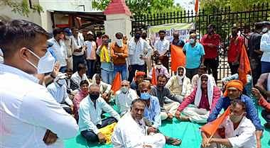 Farmers during protest at collectorate in Barwani on Monday