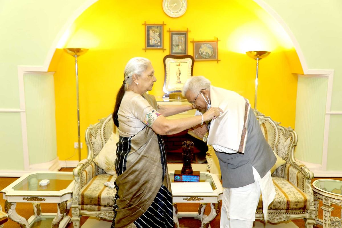 Uttar Pradesh governor Anandiben Patel, who had additional charge of governor, Madhya Pradesh welcomes newly appointed governor Mangubhai Chhaganbhai Patel at governor office