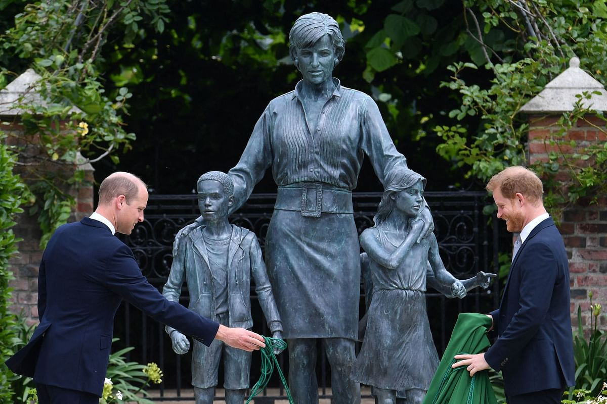 TOPSHOT - Britains Prince William, Duke of Cambridge (L) and Britains Prince Harry, Duke of Sussex unveil a statue of their mother, Princess Diana at The Sunken Garden in Kensington Palace, London on July 1, 2021, which would have been her 60th birthday. - Princes William and Harry set aside their differences on Thursday to unveil a new statue of their mother, Princess Diana, on what would have been her 60th birthday.