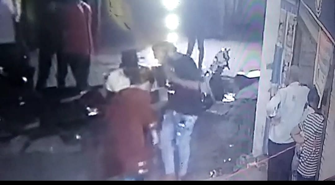 Indore: Bank manager molested at the liquor shop, suspects captured in CCTVs, but no arrests so far