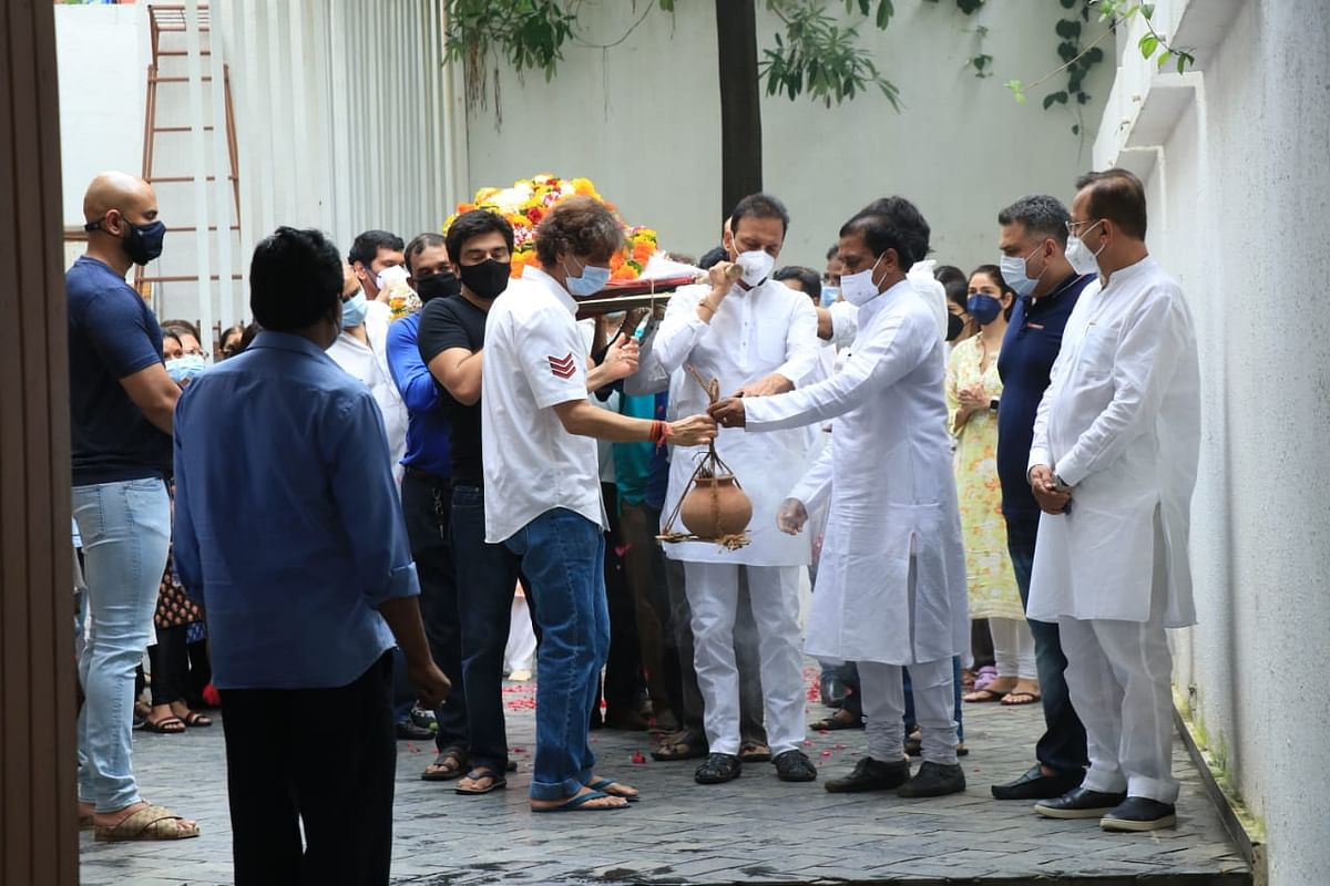 Photos: Chunky Panday performs last rites of his mother; Ananya and her sister Rysa break down at funeral