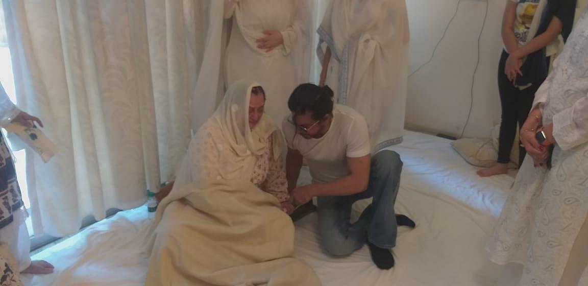 Shah Rukh Khan consoles Saira Banu
