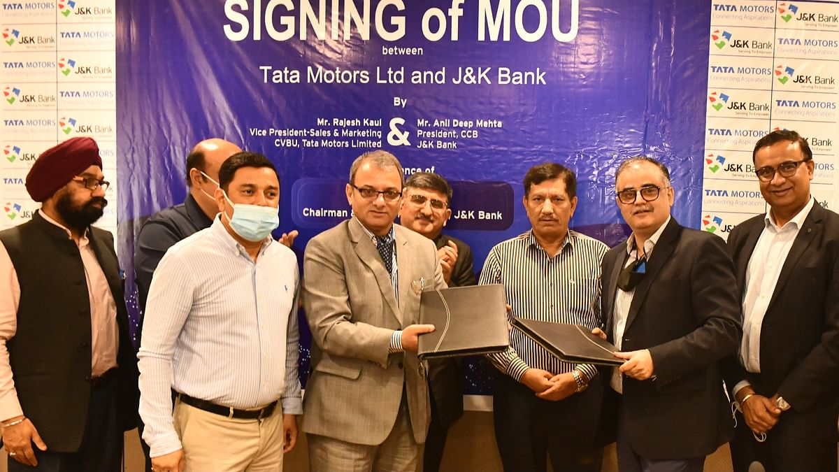 Mr. Rajesh Kaul,  Vice President – Sales & Marketing, CVBU, Tata Motors and Mr. Anil Deep Mehta, President, CCB, J&K Bank during the MoU signing, along with other delegates from the companies