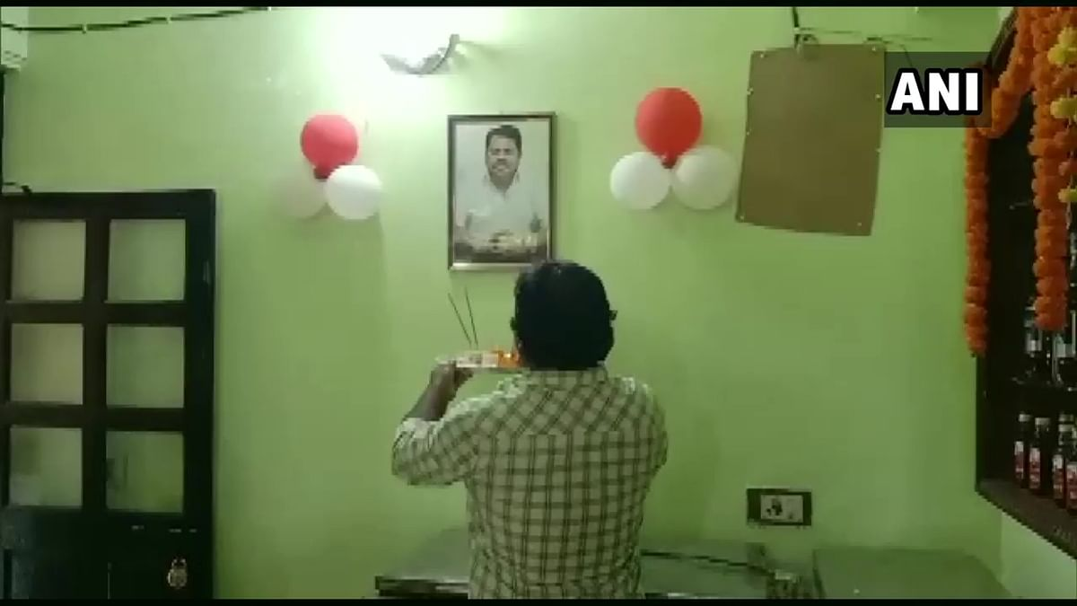 Watch: Owner of bar in Chandrapur performs 'aarti' of photo of district's Guardian Minister Vijay Wadettiwar; calls him god