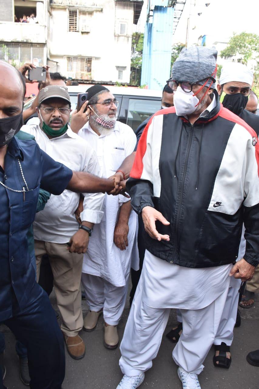 Amitabh Bachhan arrives at Dilip Kumar's residence