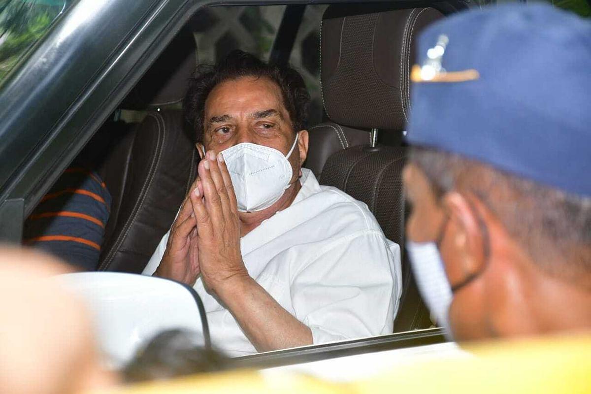 Dharmendra arrives at Dilip Kumar's residence