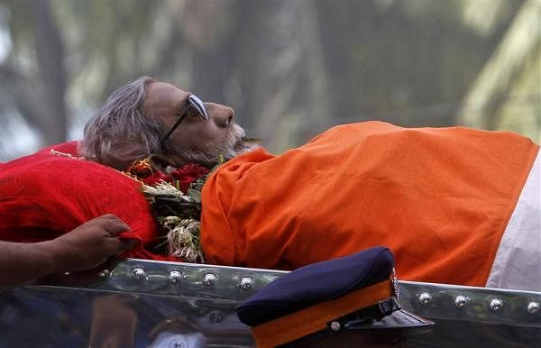 Thackeray's cortege reaches Shivaji Park, cremation at 6 pm. First Public Cremation in Mumbai since 1947, as lakhs join funeral procession