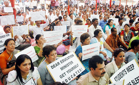 Ujjain: Teacher cadre employees stage demo for 3rd-grade-pay